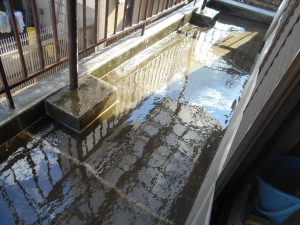 奈良県橿原市N様 ベランダからの雨漏り修理 FRP防水塗料を塗る2