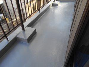 奈良県橿原市N様 ベランダからの雨漏り修理 FRP防水塗料の上にトップコートを塗る1