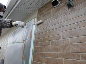 奈良県橿原市 サイディング壁にフッ素樹脂塗料を塗る2