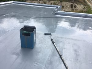 橿原市 屋根にウレタン防水塗る2
