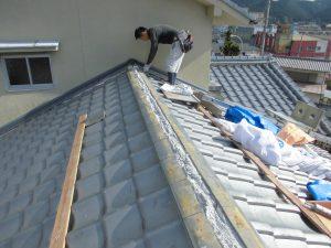 奈良県吉野郡K様 屋根修理 棟瓦にモルタル詰める2