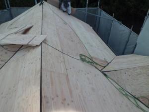名張市 屋根葺き替え工事前に雨漏り防止に防水シート張る