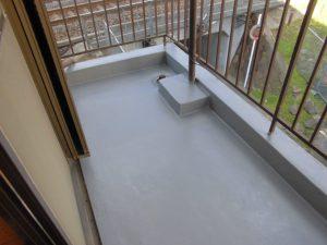 奈良県橿原市N様 ベランダからの雨漏り修理 FRP防水塗料の上にトップコートを塗る2