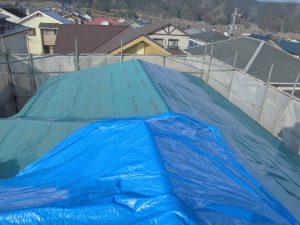 三重県名張市 屋根工事の防水シート張る5