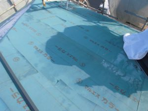 三重県名張市 屋根工事の防水シート張る1