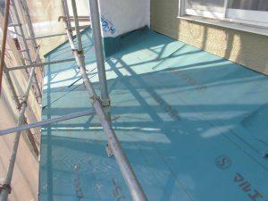 三重県名張市 屋根工事の防水シート張る2