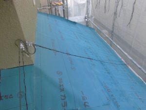 三重県名張市 屋根工事の防水シート張る3