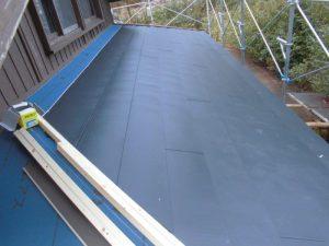 奈良県吉野郡 屋根カバー工法工事 ガルバリウム鋼板を軒先から張る2