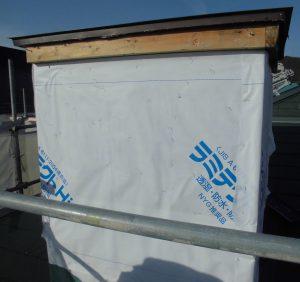 三重県名張市 雨漏りしている煙突に防水シートを張る