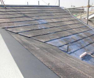 橿原市 断熱遮熱塗料ガイナの下塗りをスレート屋根に塗装