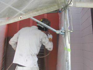 名張市 雨戸塗装を長持ちさせるために錆び止め入れる