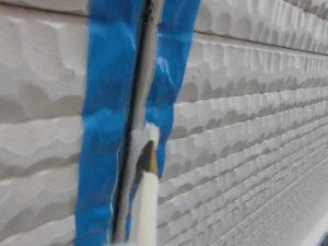 奈良県橿原市 サイディング外壁の目地にプライマーを塗る2