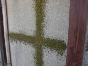名張市 外壁にひび割れに強く密着を高める下塗り塗装