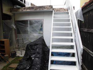 奈良県橿原市K様 外壁塗装下塗り後、外部階段錆び止め塗装後