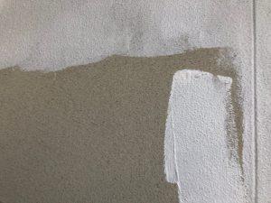 名張市 ひび割れに強く密着性の高い下塗り材を外壁に塗装