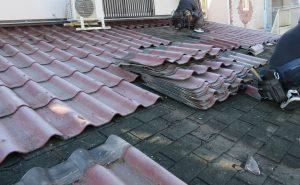 奈良県大和郡山市 20年以上前に重ねた屋根瓦をめくる