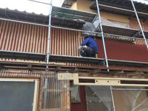 三重県名張市Y様 トタン壁にクリーンマイルドシリコンを塗る2