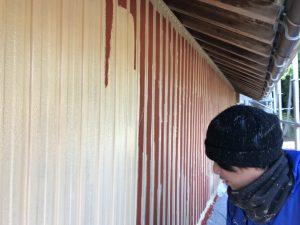名張市 トタン壁に錆び止め塗装1