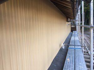 三重県名張市 トタン壁にクリーンマイルドシリコンの上塗り塗装1