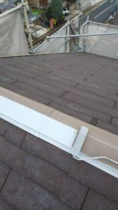 奈良県橿原市 断熱遮熱塗料ガイナの下塗り材を屋根塗装