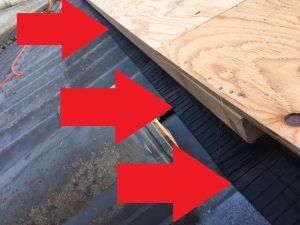 奈良市 屋根の下地の中に防水シートを張る