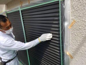 奈良県橿原市 雨戸塗装前にサンドペーパーでケレン