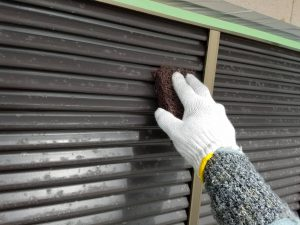 香芝市 ペーパーで研磨と錆び止めで雨戸の塗装を長持ち