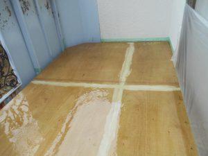 奈良県橿原市N様 雨漏り修理 ベランダFRP防水のプライマーとガラス基材2